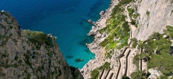 Ce ziceti deVia Krupp ? Drumul in zig-zag format din ace de par, abrupt si spectaculos, de laGradinile lui Augustuspana jos, la Marina Piccola.