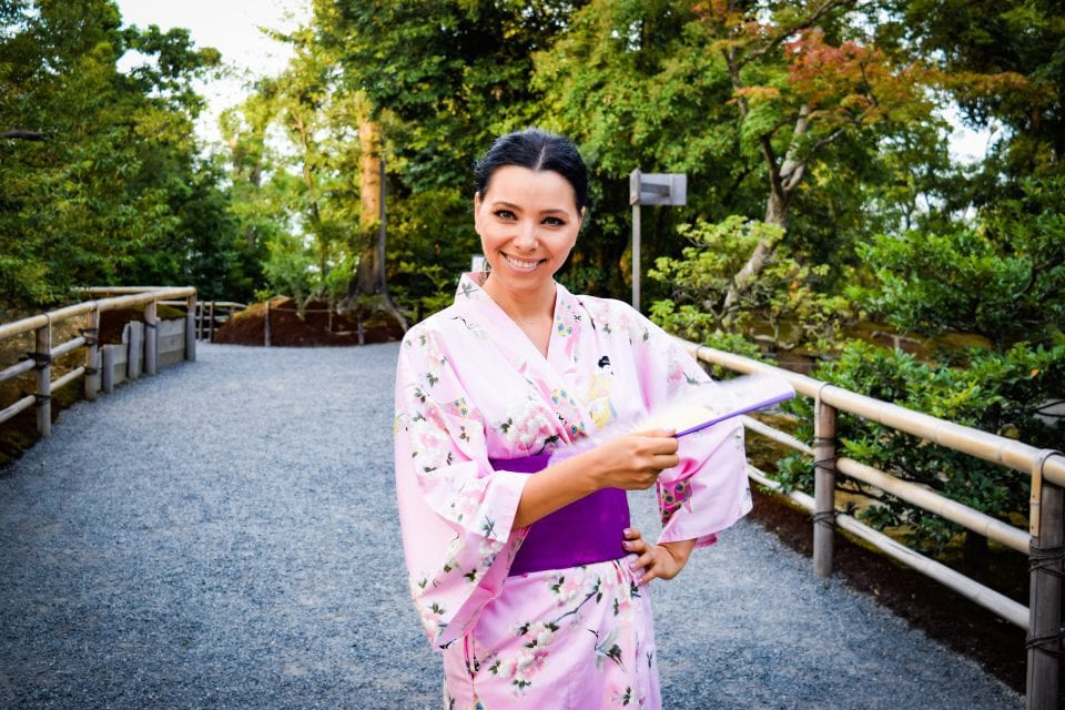 https://www.corinacaragea.ro/wp-content/uploads/2018/09/Kimono-portret-e1537877494641-960x640_c.jpeg